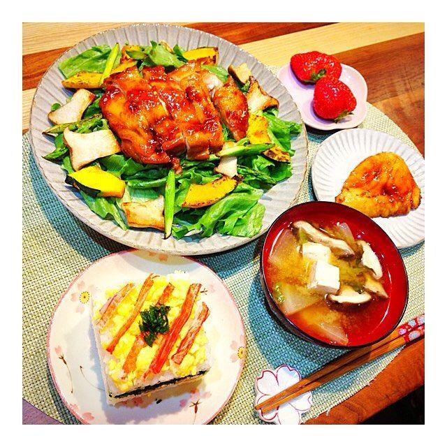昨日の晩ごはんは『押し寿司と照り焼きチキンのごちそうサラダ』を作りました🥗押し寿司はお母さんが作るやつを100均で買ってきて挑戦してみました✨中には煮たかんぴょうなど挟んでます、照り焼きチキンは @nattun2 が作っているのが美味しそうで作りました🍳エリンギ、かぼちゃ、アスパラをソテーしたのをのせた食べ応えあるサラダにしてみました☀️後からマヨネーズをかけて😋ごちそうさまでした🍴 * #肉#寿司#サラダ#野菜#いちご#味噌汁#ごはん#おうちごはん#おうちカフェ#晩ご飯#夜ごはん#ディナー#料理#クッキングラム#クッキン グラマー#デリスタグラム#写真#赤ちゃん#女の子ママ#ママリ#ベビフル#2ヶ月#mamanoko#baby#babygirl#2month#delistagrammer#lin_stagrammer#cooking#japan * * 押し寿司 照り焼きチキンのごちそうサラダ カジキマグロ煮付け 具沢山味噌汁 いちご
