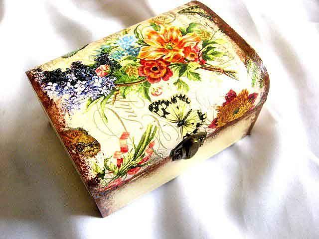 #Cutie din #lemn cu #flori #viu #colorate si #fluture de #culoare #galben cu #negru, cutie lemn #decorata. Produs lucrat manual, cutie din lemn pastrare #accesorii si #bijuterii #femei. #Culori: #mov, #bleu, #rosii, #galbene, #portocalii pe un #fundal galbui in interior... http://handmade.luxdesign28.ro/produs/cutie-din-lemn-cu-flori-viu-colorate-si-fluture-cutie-lemn-decorata-29706/