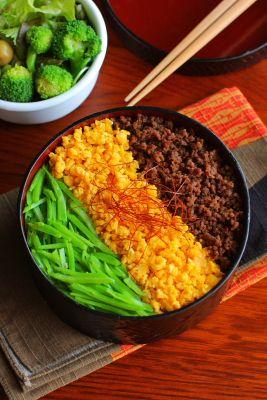 白米三色そぼろ(牛そぼろ、卵そぼろ、絹さや)サラダ今日は「そぼろご飯」が主役のお弁当。牛肉バージョンです。三色ご飯を作る際に悩むのが色の配置。真ん中に黄色を持ってくるか緑色を持ってくるかで悩むんですが、今日は黄色にしてみました(´