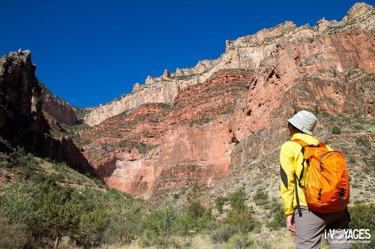 On the Bright Angel Trail in the Grand Canyon National Park. In a few minuts, we will get the rafts to go down the Colorado River.  Sur le Bright Angel Trail dans le parc national du Grand Canyon. Dans quelques minutes, nous allons récupérer les rafts pour descendre le fleuve Colorado.