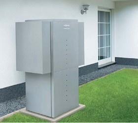 Die Vitocal 350-A Luft/Wasser-Wärmepumpe mit Nenn-Wärmeleistungen von 10,6 bis 18,5 kW ist besonders für die Modernisierung geeignet. Durch die von Viessmann entwickelte Dampfzwischeneinspritzung im Verdichtungsprozess (EVI-Zyklus) werden Vorlauftemperaturen bis zu 65 °C erreicht – auch bei winterlichen Außenlufttemperaturen. Die Luft/Wasser-Wärmepumpe kann deshalb sehr gut auch in älteren Heizungs anlagen mit Radiatoren eingesetzt werden.
