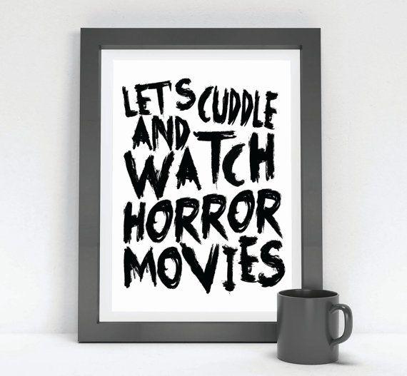 Wir kuscheln und Horror Filme / druckbare Wand von InspireEmpire