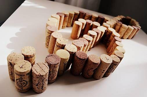 Originálne korkové zátky z vín originálne vytvarované do tvaru husľového kľúča. Túto jedinečnú dekoráciu možno zavesiť, postaviť, alebo ju jednoducho položiť a nechať ju robiť radosť každým pohľado...