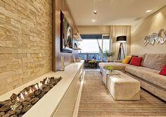 O balcão, projetado por Fabianne, foi posicionado em frente ao sofá, servindo de apoio para os equipamentos de áudio e vídeo e de base para a lareira a gás. O móvel recebeu acabamento em laca alto brilho branca e tampo em Silestone Branco Zeus.