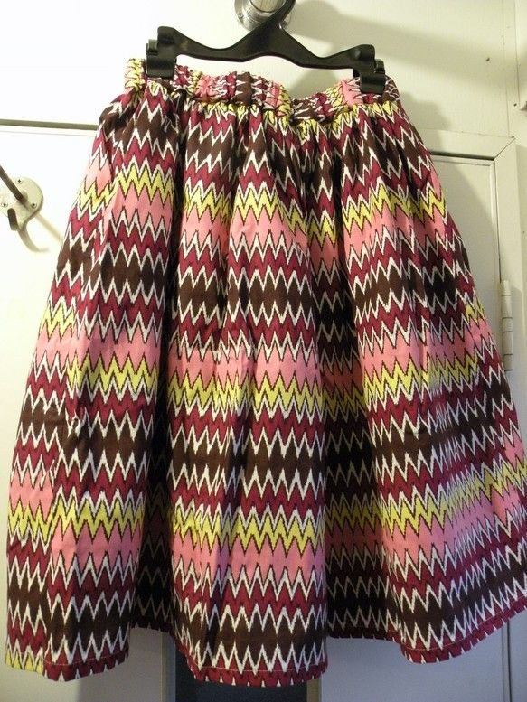 日本製のコットン生地を使ったギャザースカートです。ピンクに黄色や茶色のギザギザが鮮やかな、70年代を思わせるレトロ感漂うスカートになっています。トップスに白い... ハンドメイド、手作り、手仕事品の通販・販売・購入ならCreema。