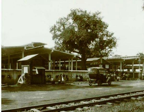Pasar Peterongan Semarang tempo dulu. Old Peterongan Market, Semarang. There's a tree that still exists till now.
