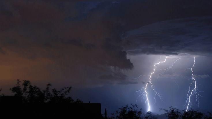 De veiligste plek tijdens een fikse onweersbui is natuurlijk een gebouw of woning, maar als je buiten wordt overvallen door donder en bliksem heb je daar weinig aan. Daarom hierbij de tips om veilig te blijven als je tijdens een onweersbui buiten bent.