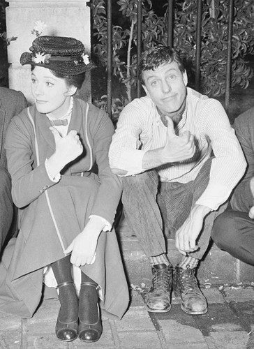 Candid of Julie Andrews & Dick Van Dyke on the set of Mary Poppins looking too cute