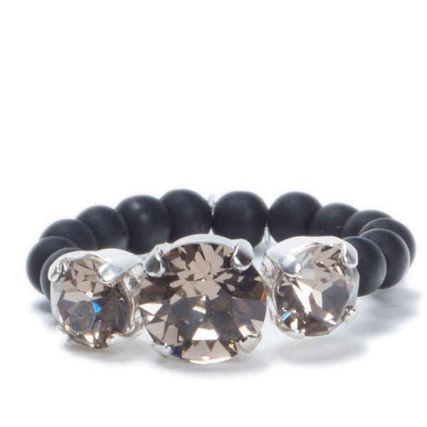DIY-Ring mit Krallenkesseln Greige und Polarisperlen #polarisperlen #diyring #fingerring #swarovskischmuck #swarovskirivoli #diyschmuck #schmuckanleitung #schmuckshop #selbstgemacht #jewelrymaking #schmuckdesign #schmuckideen
