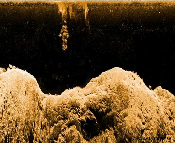 Descending figure 1, a picture of rocky bottomformations and a figure of sheet metal. Made with a sidescan sonar. @kumlien.se  #sidescan sonar, lowrance lss-2, simrad, echoe, echogram, sonogram, underwater, art, bottom formations, figures, sheetmetal, descending