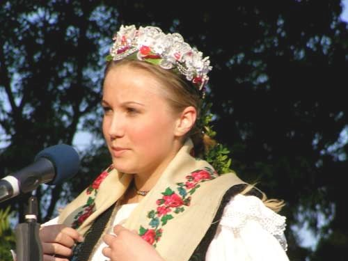 For part 2 click here ~ costume traditionale romanesti, port popular romanesc ~ . Coming from self-sufficient communities, Romaniansmade their own clothing: the clothing pieces were handmade and s…