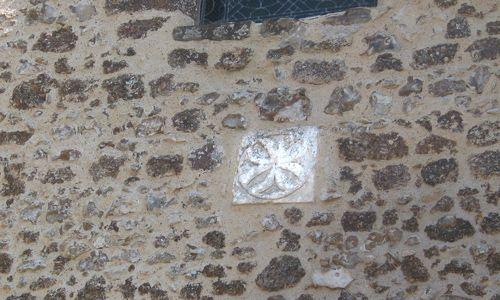 Croix de Malte stylisée incrustée dans la façade de l'Eglise d'Arville - Apportée par les Chevaliers Hospitaliers après l'arrestation des Templiers.