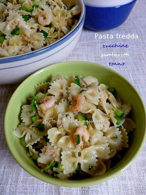 La pasta fredda zucchine gamberetti tonno si prepara in poco tempo ed è saporita. Ingredienti per 6 persone: 400 g di farfalle, 500 g zucchine piccole
