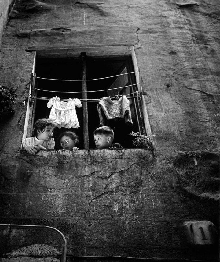 The innocence in the window, Calle Semoleres, Barcelona, 1965 - by Eduardo Gageiro (1935), Portuguese