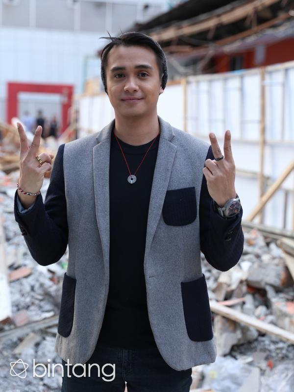 Selain jago berakting, bermusik juga menjadi salah satu hobi bagi Ajun Perwira. Maka dari itu, pria kelahiran 9 Februari 1988 ini bersama Rangga Azof, Aditya Suryo sama Rendy Herpy membentuk sebuah band baru bernama Muvon. Dalam waktu dekat, grup band Muvon siap mengeluarkan single terbaru berjudul 'Astaga'. #AjunPrawira #Muvon #Band #Bintang #Indonesia