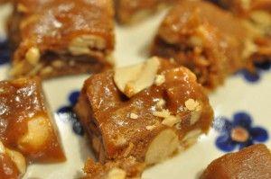 Lav nemme lækre flødekarameller med kondenseret mælk og tilsæt saltede peanuts og vupti - snickers-agtige- karameller. Gode som julegodter og som slik resten af året