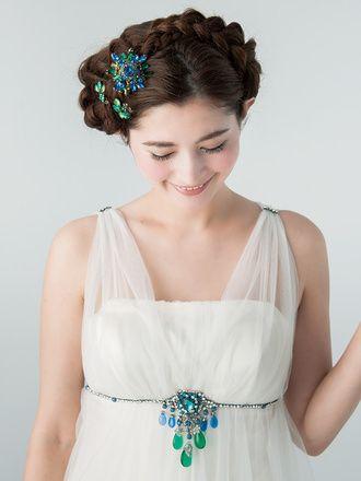 個性的なヘアも、色を統一することで洗練された雰囲気に♪ ウェディングドレス・カラードレスに合う〜編み込みの花嫁衣装の髪型まとめ一覧〜