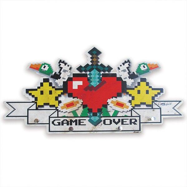 Cabideiro Games 8-Bits para os viciados em jogos  de vídeo game  , com formato pixel e  estampa de ícones dos jogos Minecraft,Super Mário e Duck Hunt para organizar e decorar sua casa geek.