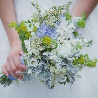 Букет невесты в бело-голубом цвете из ромашек и гортензий