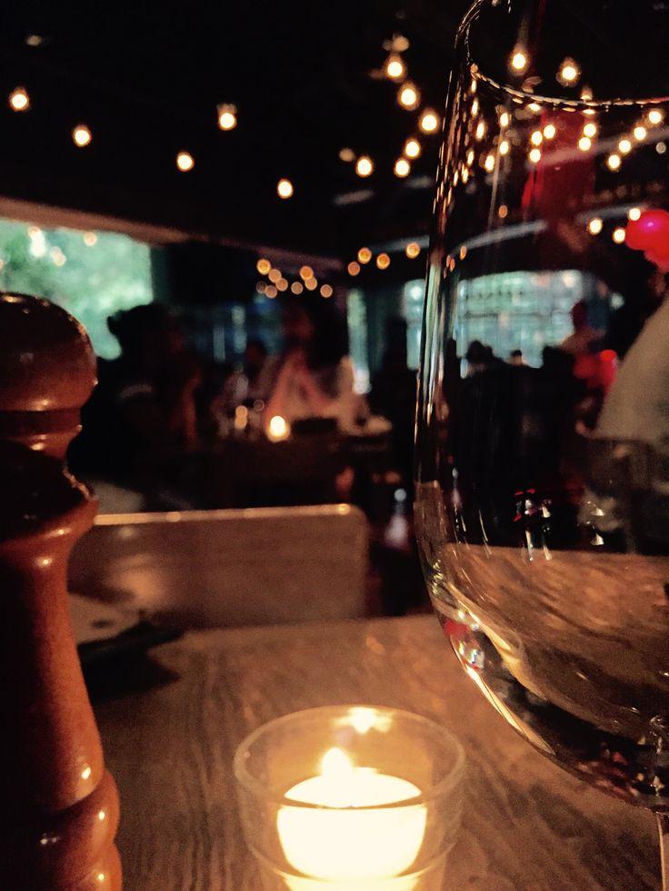 La los focos incandescentes siempre dan un toque cálido a los restaurantes