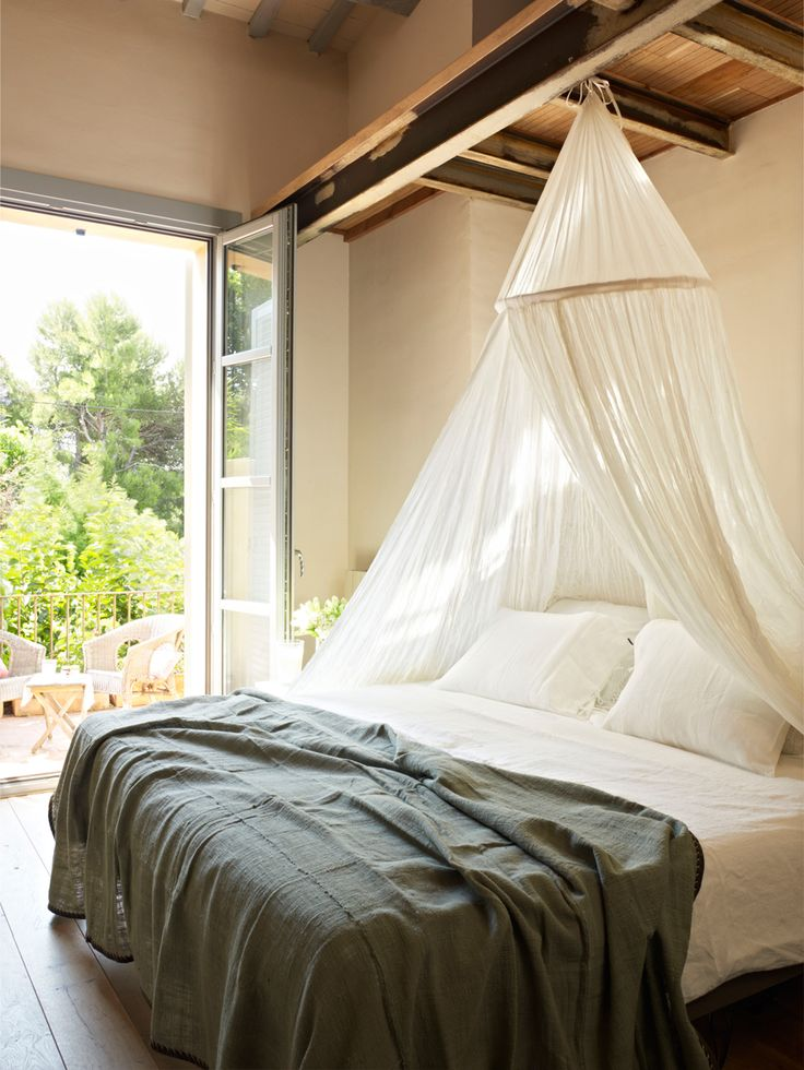 Cama de matriomonio con mosquitera y ropa de cama en blanco y azul (323974 O)