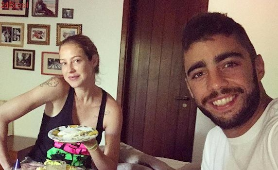 Pedro Scooby aperta derrière de Luana Piovani em foto e discute com seguidores