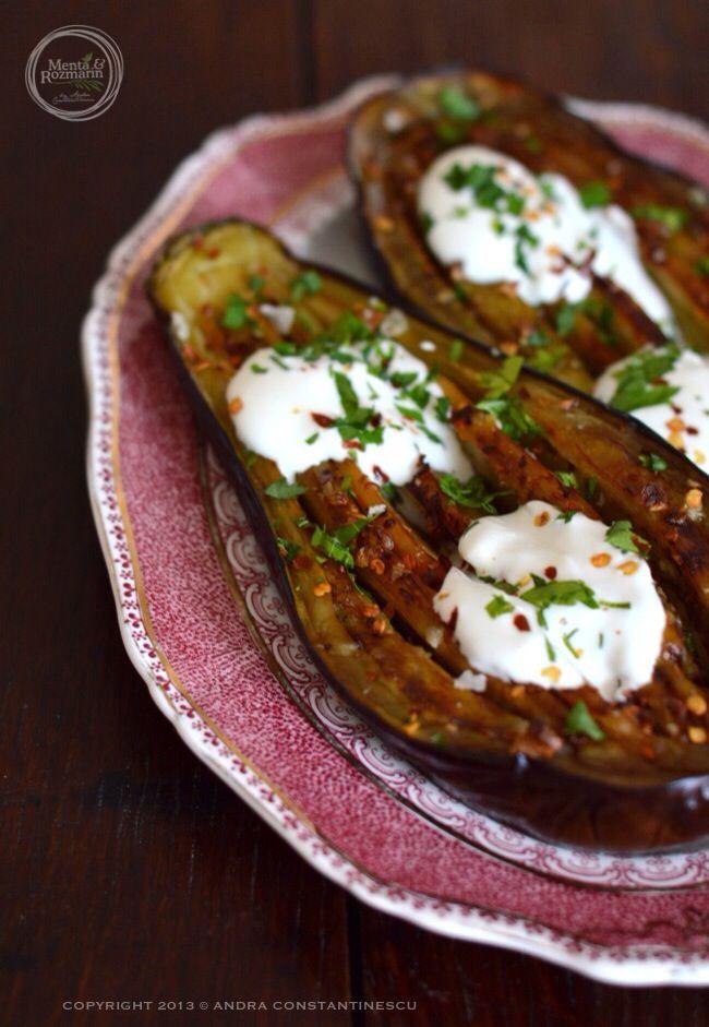 Retete de toamna: Vinete la cuptor cu iaurt grecesc si chili [lacto-vegetarian]