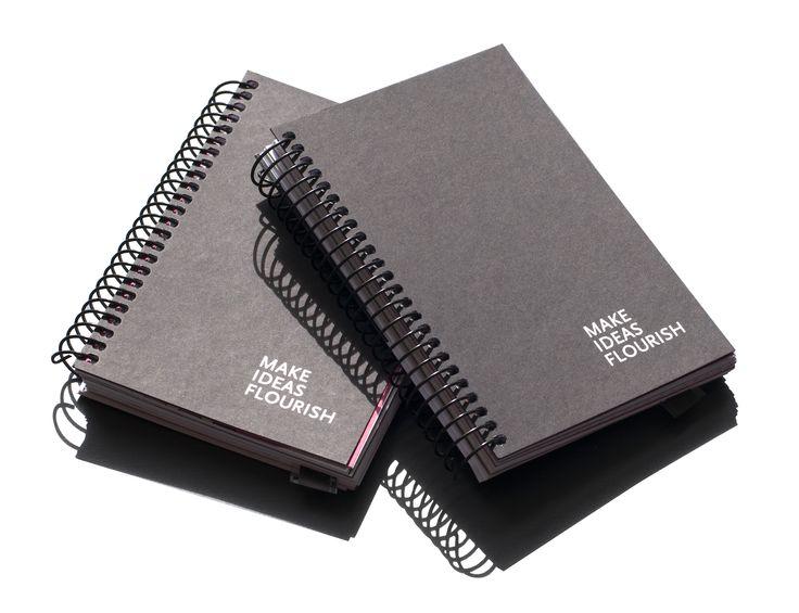 Cumuli-bogen fungerer som notesbog og viser samtidig brudstykker fra vores daglige virke med konceptudvikling, strategisk sparring, design, iscenesættelse, workshops og produktion af tekst og film.