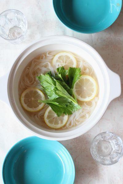 海鮮串なべ(レシピID:144533)の残ったスープにフォーを入れました。    セロリの葉(パクチーでも可)とレモンをのせてアジアンテイストに。