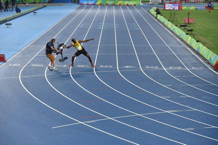 陸上男子200メートル決勝で優勝し、得意のポーズをとるジャマイカのウサイン・ボルト=リオデジャネイロの五輪スタジアムで2016年8月18日、三浦博之撮影