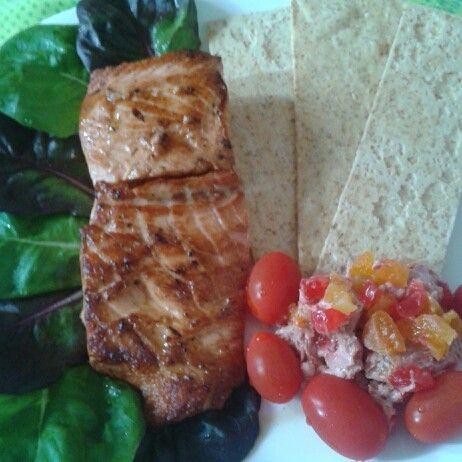 Leve e cheio de sabor: salmão, melba e pão nórdico.
