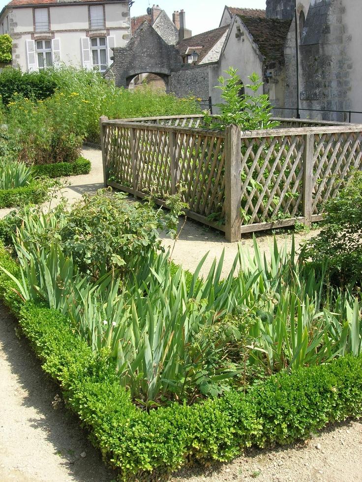 Jardin médiéval Donnemarie Dontilly : un jardin de cloître suffisamment peu fréquenté pour flaner seule  http://www.tourisme77.fr/loisirs-nature-seine-et-marne/nature-plein-air/donnemarie.htm