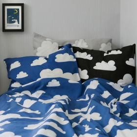 Sov som på moln. Sängkläder i det populära och klassiska mönstret Moln av Gunila Axén passar både liten som stor.
