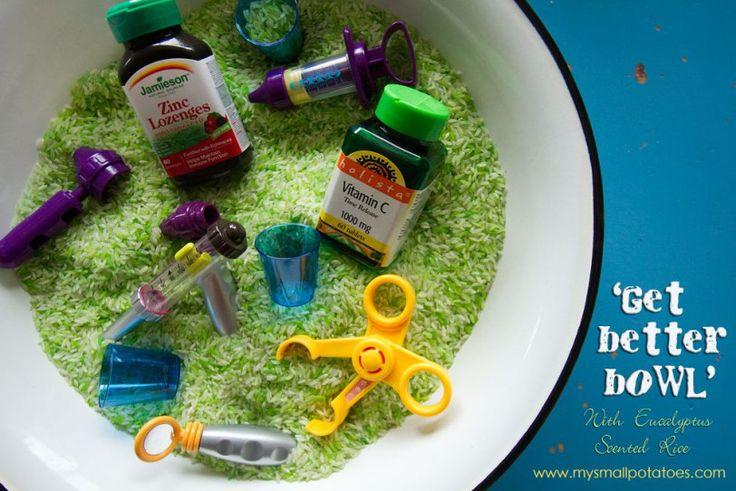 Groene rijst met eucalyptus geur, met lege vitaminenpotjes, dokterspulletjes en kleine bekertjes. Leuk voor het thema ziek zijn / ziekenhuis!