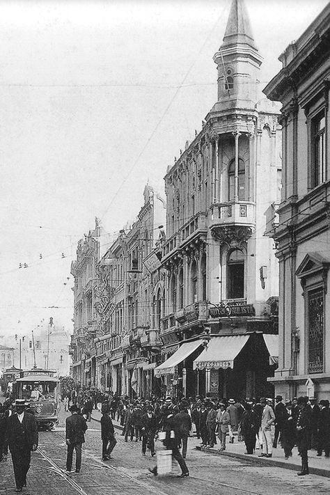 """1915 - """"Café Andes"""", também de propriedade de Manoel de Souza Brandão, conhecido comerciante português, proprietário de muitos dos cafés tradicionais de São Paulo. Em 1912, tendo vendido o """"Café Bandão"""" para Augusto Carlos Baumann,  comprou o """"Café Caruso"""", na esquina da XV de Novembro com a Rua da Quitanda. Denominou o estabelecimento como """"Café Andes"""". Mais tarde mudou para """"Café Brandão"""", nome de seu antigo estabelecimento."""