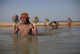 """Itaituba PA - 26.11.2014 - Ativistas do Greenpeace e índios Mundukuru usam pedras para formar a frase """"Tapajós Livre"""" nas areias de uma praia às margens do rio de mesmo nome, próximo ao município de Itaituba, no Pará. O protesto, que contou com a participação de cerca de 60 Munduruku, ocorreu na região onde o governo pretende construir a primeira de uma série de cinco hidrelétricas na bacia do Tapajós. """"O Brasil insiste em seu plano de barrar os grandes rios da Amazônia, ignorando os…"""