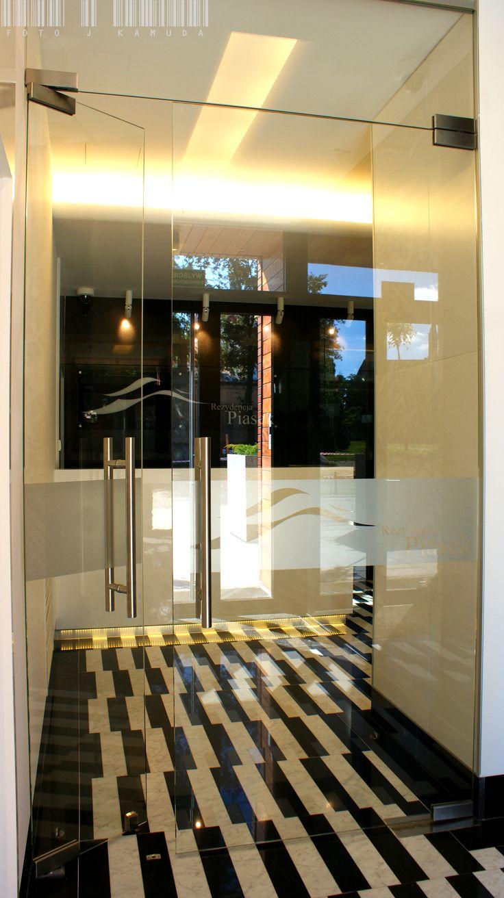 Glass doors and glass walls leading to a staircase in Apartamenty Piasek, Wrocław.   Szklane drzwi oraz ścianki prowadzące na klatkę schodową we wrocławskich Apartamentach Piasek   Glassfittings: CDA Poland / Okucia do szkła: CDA Polska