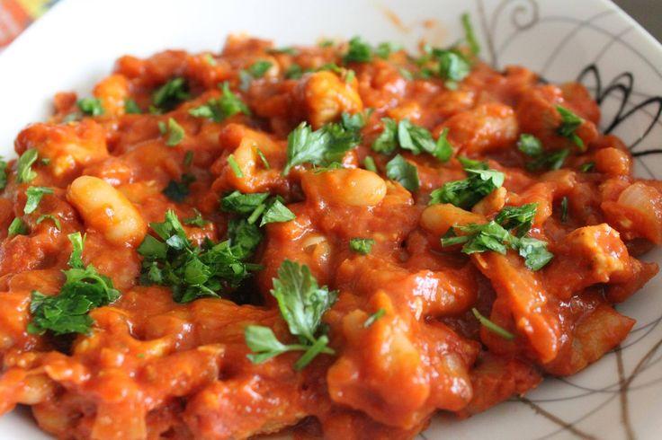 FASOLKA PO BRETOŃSKU w odchudzonej wersji! 80 g fasolki np. z puszki, 150 g piersi indyka, 1 cebula, 1 ząbek czosnku, 3 łyżki koncentratu pomidorowego, sól, pieprz, papryka, chilli, natka do posypania.  Pierś pokroić w kostkę, doprawić solą, pieprzem i startym czosnkiem. Pokrojoną cebulę i indyka podsmażyć, dodać fasolkę, smażyć 1 minutę, dodać koncentrat pomidorowy i przyprawy, dusić 15 min.