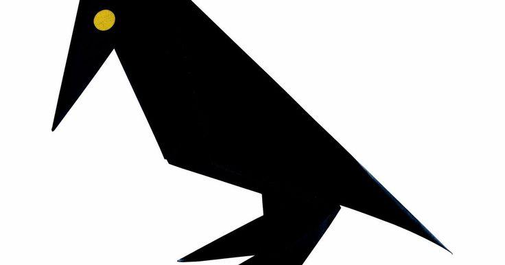 Pássaro de origami para iniciantes. Para crianças e novatos na arte de dobrar papel, um belo origami de pássaro é simples de ser feito. Pássaros são uma bonita decoração para mesas, lareiras, presos em um fio de um móbile, ou em uma árvore de natal. Papel colorido e dupla-face é opcional, porém, produz um efeito mais bonito.