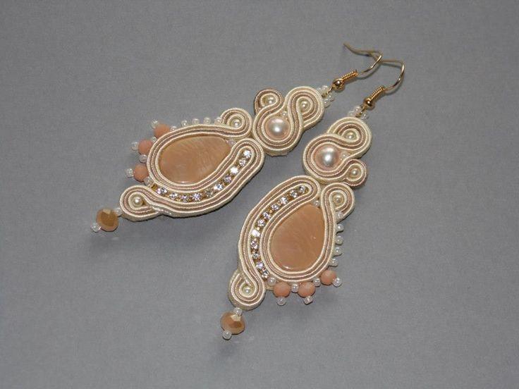 """""""Camille"""" Kolczyki wykonane są techniką haftu sutaszowego.Centrum stanowią beżowe kaboszony ze szkła,użyłam też pereł rzecznych,akrylowych perełek,szklanych koralików TOHO,taśmy cyrkoniowej i fasetowanych kryształków."""