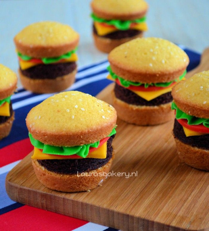 hamburger cupcakes, leuke traktatie en snel te maken! brood is van een muffin de sla, kaas en tomaat van marsepijn en de hamburger van chocoladecake