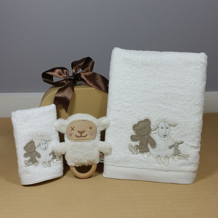 Little Lamb baby bath towel and face washer baby gift hamper makes a gorgeous neutral baby gift. #neutralbabygift #babybathtowel