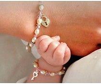 Deze armbandjes zijn ware pronkstukjes: Glinsterende AAA-kwaliteit ivoorwitte pareltjes, Swarovski kristallen en lieve ringetjes. Aan de mama armband hangt het hartvorige slotje waarvoor het kleine meisje het sleuteltje bezit, hoe lief is dat?!