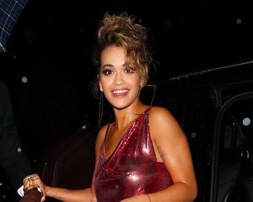 Rita Ora riscalda la voce e non solo nel nuovo spot della Rimmel. #RitaOra #rimmel #lucidalabbra #red #dress #minigonna #fashion