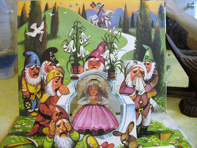 vintage pop-up book Snow White V. Kubasta by judibird, via Flickr: Blancanieves y los siete enanitos