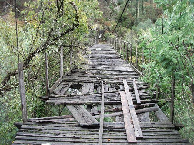 Celorico de Basto (a ponte de arame de Lourido é constituída por cabos de arame entrançado e um estrado em madeira, suspensa sobre o rio Tâmega) - perto de Braga