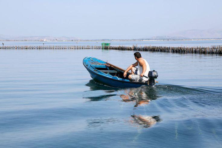 Een visser in de Mesolonghi lagune in Griekenland.