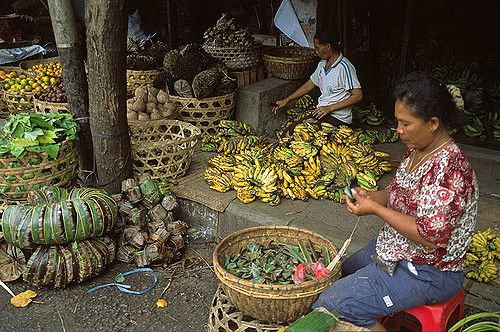 https://flic.kr/p/4rYF1L | Ubud (Indonesia) - Women on a Bali market | Somewhere near Ubud.  Nők egy piacon, Bali déli részén