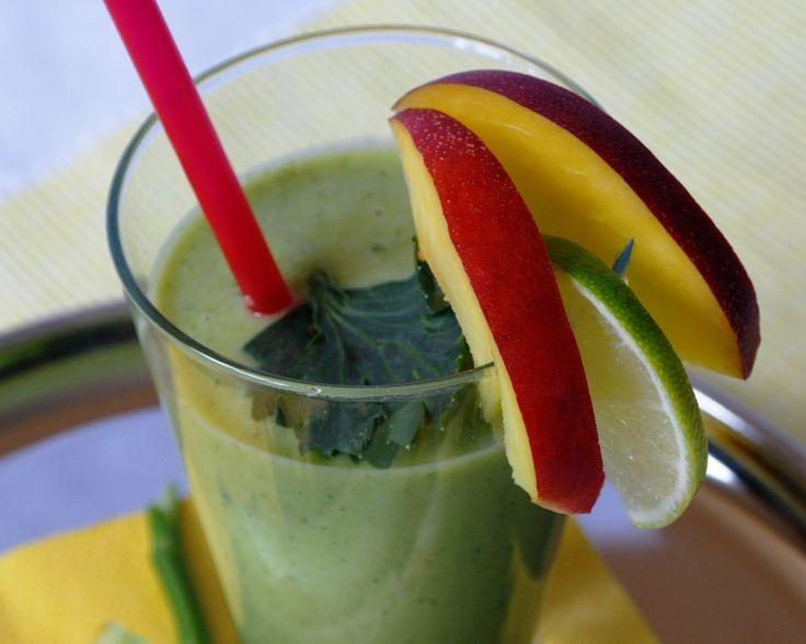 Kiwi Smoothie...Kompava/ Pro extra osvěžení, můžete zmrazit meloun před mixování, a požit několik lístků máty do tohodle zeleného nápoje.