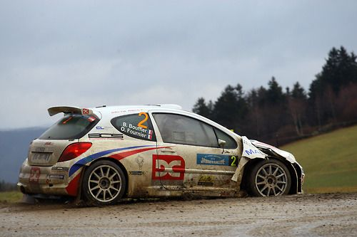 Peugeot 207 S2000 rally car